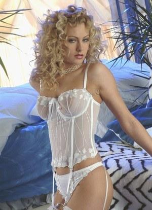 Симпатичная блондиночка в чулках и без