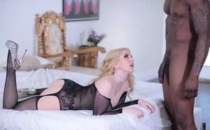 Блондинка в чулках делает глубокий минет негру