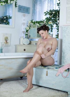 Сняла чулки и бреет пизду в ванной