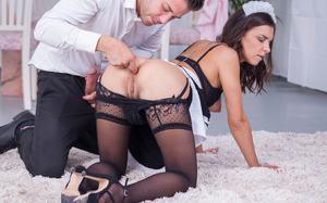 Жена в костюме служанки дает в попку