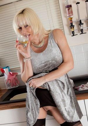 Милфа в чулках пьет вино и трогает киску