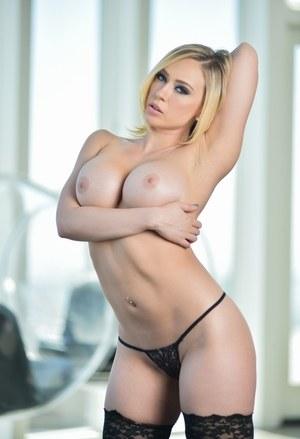Жопастая порномодель разделась до чулок