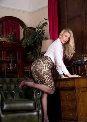 Красивая зрелка позирует в кабинете директора