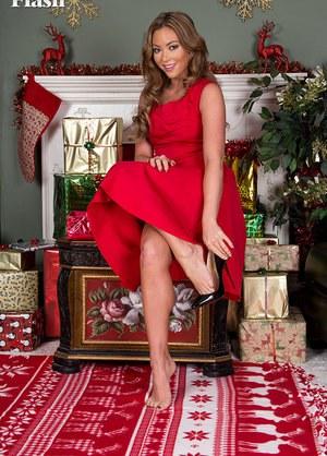 Девушка в красном показывает ножки в чулках