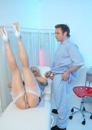 Медсестра в чулках получает член медбрата