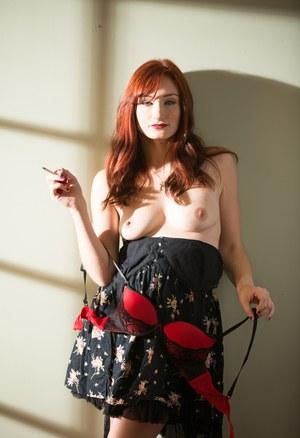 Рыжая мамка светит пиздой задрав юбку