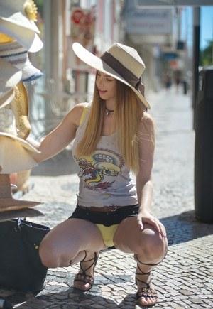 Брюнетка надела джинсовую юбку и совращает чувака видом желтых трусиков на попке