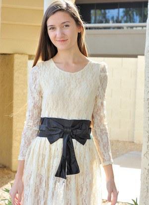 Стройная красотка приподнимает платье и показывает на улице бритую киску