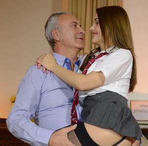Старый препод задрал молодой студентке юбку и трахает по полной программе
