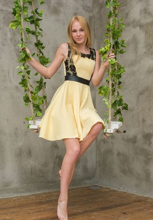 Эротика молодой стриптизерши в платье