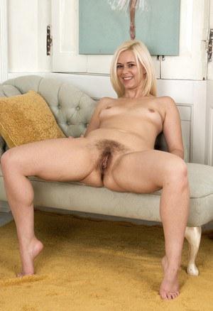 Волосатая блондинка с большими половыми губами