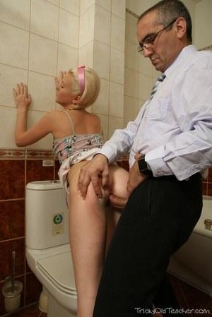 Девушка в юбке обслуживает горбатый член на унитазе