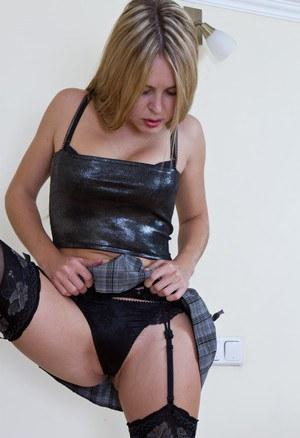 Возбужденная красотка показывает что у нее под юбкой