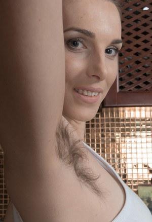 Оголяет волосатый лобок и подмышки и натирается маслом