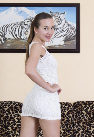 Красотка в платье показывает заросшие дырочки