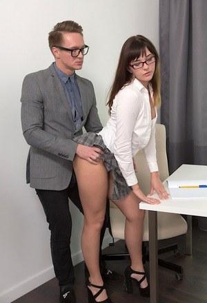 Залез под юбку новой сотруднице и пристроил член
