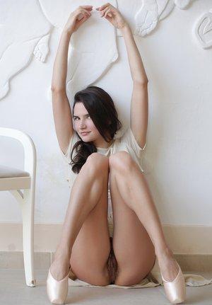 Балерина хвастается интимной стрижкой между ног