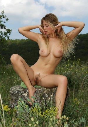 Голый фотосет обнаженной натурщицы в поле