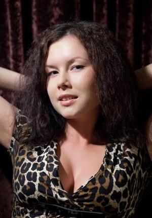 Половые губы и сиськи шлюхи в леопардовом платье