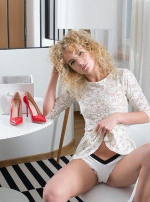 Блондинка на каблуках снимает платье и трусишки