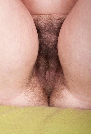 Селфи волосни торчащей изпод трусов брюнетки