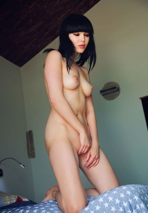 Брюнетка сняла ночнушку и показала пиздёнку