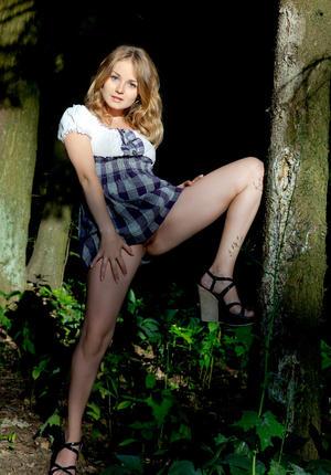 В лесу без трусов и лифчика под платьем