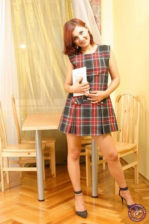 Сексуальная рыжая телка показывает пизду под юбкой
