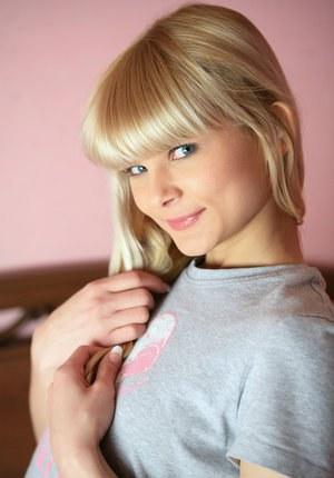 Гладкая пизденка под юбкой молодой блондинки