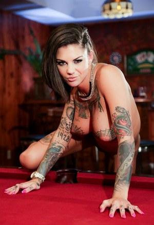 Неформалка с татуированными сиськами и выбритой пиздой