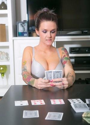 Сексуальная соседка проиграла в карты на раздевание