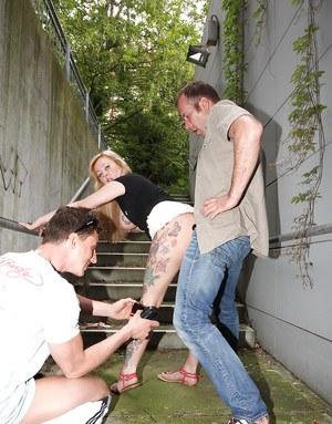 Мужики на улице натянули в МЖМ сисястую татуированную мамку нимфоманку