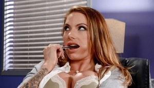 Рыжая офисная шлюшка с татуировкам трахается с менеджером прямо на совещании