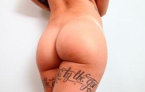 Татуированная неформалка с розовыми волосами готова к сексу и демонстрирует тело