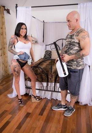 Татуированная сисястая жена нагло трахается со спортивным соседом в разных позах