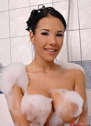 Брюнетка с большими сиськами играет с дилдо в ванной