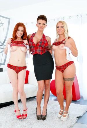 Три татуированные подруги лесбиянки демонстрируют тела и анальные дырочки