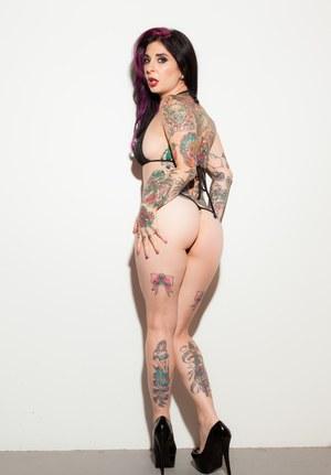 На кастинге татуированная милашка снимает купальник и демонстрирует шикарное тело