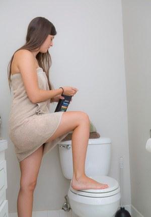 Девка с рыхлой попой переодевается в туалете