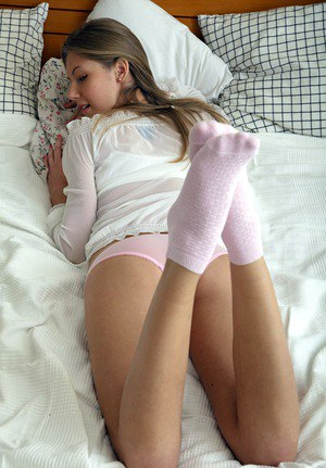 Малышка в розовых трусиках показала лысую киску