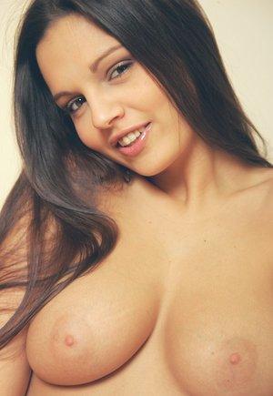 Просвечивающиеся стринги шлюшки с натуральной грудью