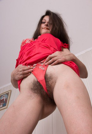 Домохозяйка избавляется от нижнего белья и садится мохнаткой на фаллос