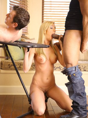 Муж смотрит как негр трахает жену и вливает сперму в киску