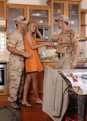 Блондинка дала солдатам потрахать в пизду и задницу