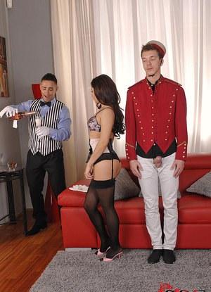 Прислуга дорогого отеля развлекает страстную жену олигарха двойным проникновением
