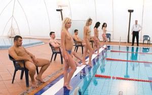 Отвязная вечеринка со зрелыми девками возле бассейна на частной вилле