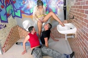 Отсосала через дырку в туалете, дала полизать пизду и потрахалась