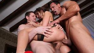Потаскуху дрючат в рот и вставляют два члена одновременно