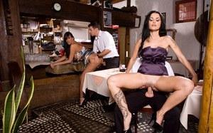 Официанты ебут посетительниц в силиконовыми сиськами