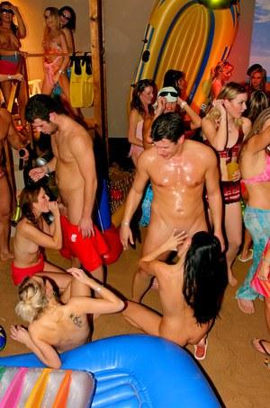 Пьяные шмары сосут на дискотеке и отдаются всем подряд
